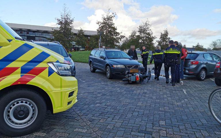 Scooterrijder gewond bij botsing op parkeerterrein Stenden.