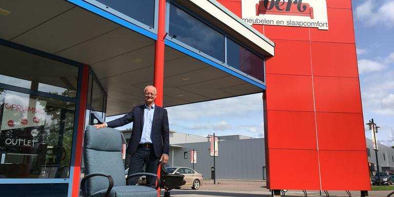 Eigenaar Simon Bakker voor de winkel van Bert Meubelen. EIGEN FOTO