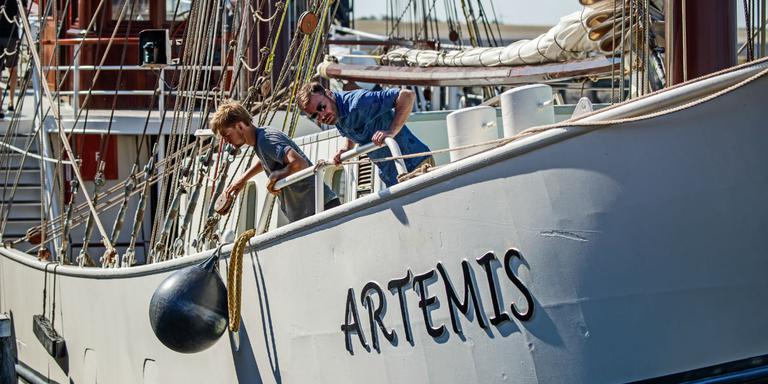 De vaste crew maakt de driemastbark Artemis klaar voor vertrek uit Harlingen. FOTO NIELS DE VRIES