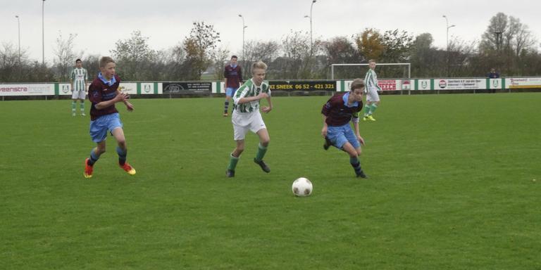 Gosse van der Heide (links) en Jelger de Boer (rechts) jagen in het 'claret en blue' op de bal namens OHH C1. FOTO GONNY DE BOER