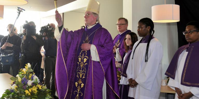 Bisschop zegent parochiecentrum Sint Annaparochie