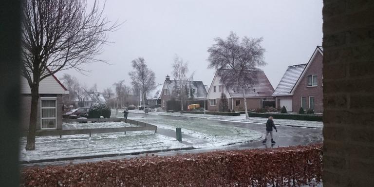 Schaatsen op straat in Buitenpost. Foto ingestuurd door Sylvia Bosma.