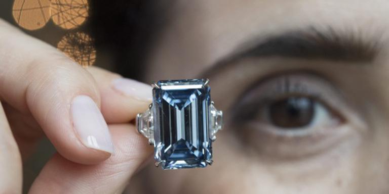 Blauwe diamant voor 51,3 miljoen euro geveild