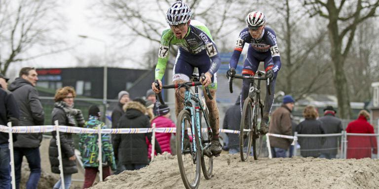 Gosse van der Meer (voorop) ploetert zich naar de dertiende plaatsin de Centrumcross. FOTO RUDIE OTTENS.