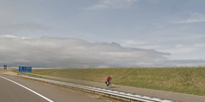 Een eenzame fietser bij de Afsluitdijk. FOTO GOOGLE STREETVIEW