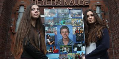 Ioana Antonescu (links) en Jannah Bos met de collage die ze maakten van hun vriend en klasgenoot David Raab. FOTO LC/NIELS WESTRA