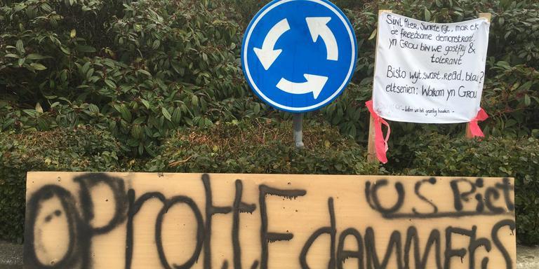 Tijdens de jaarlijkse intocht van Sint Piter in Grou zaterdag, is ook een protestgroep tegen Swarte Pyt aanwezig. FOTO LC/ARODI BUITENWERF