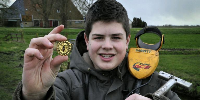 De vijftienjarige Danny Brink uit Goïngarijp vond de gouden fibula met zijn metaaldetector in de landerijen bij Joure. FOTO ALEX J. DE HAAN