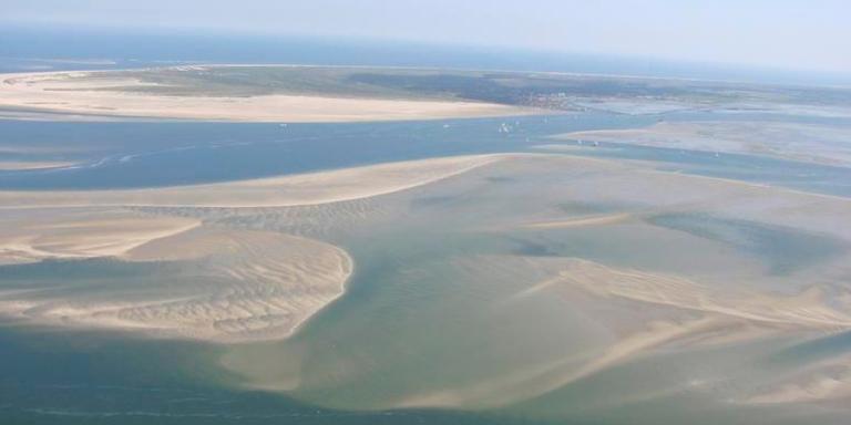 De Wadden ten zuidwesten van Terschelling (boven in beeld). Op de voorgrond is goed te zien waar er zand bijkomt.