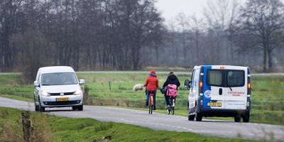 Sinds de aanleg van de Centrale As is er meer verkeersdrukte op de Miedloane bij De Westereen richting Wouterswoude. FOTO MARCEL VAN KAMMEN