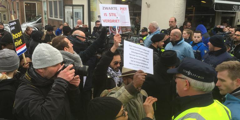 Tijdens de jaarlijkse intocht van Sint Piter in Grou zaterdagochtend, is ook een protestgroep tegen Swarte Pyt aanwezig. FOTO LC/ARODI BUITENWERF