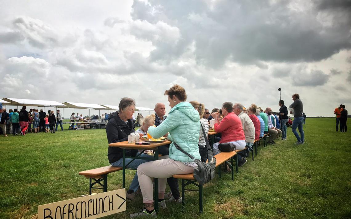 Massale lunch in weiland bij Baaium (+ video) - Leeuwarder Courant