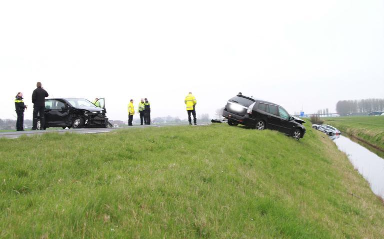 Weg bij Marsum afgesloten na ongeval met drie autos.