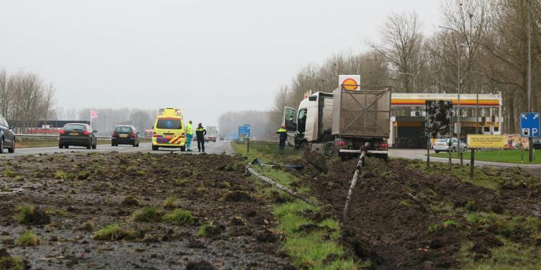Een vrachtwagen veroorzaakte donderdag een flinke ravage op de A7. FOTO KAPPERS MEDIA