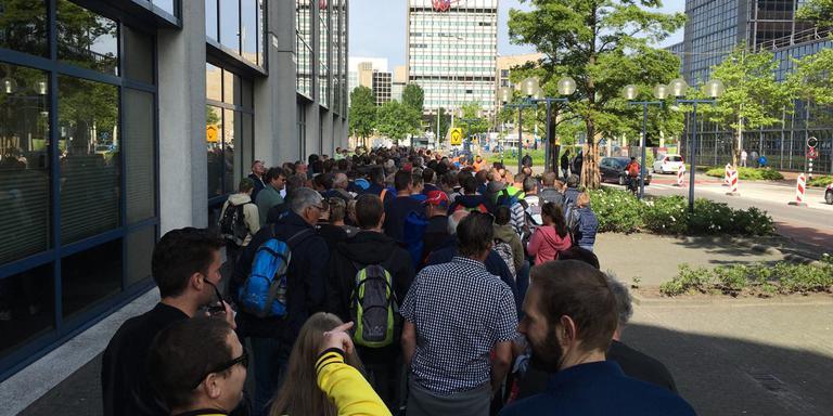 Publiek wacht op de pendelbus bij de Lange Marktstraat in Leeuwarden. FOTO LC