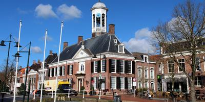 Het gemeentehuis in Dokkum. FOTO DE VRIES MEDIA