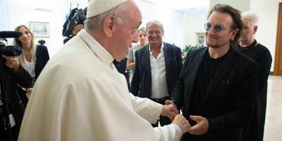 Bono ontmoet paus en praat over misbruik