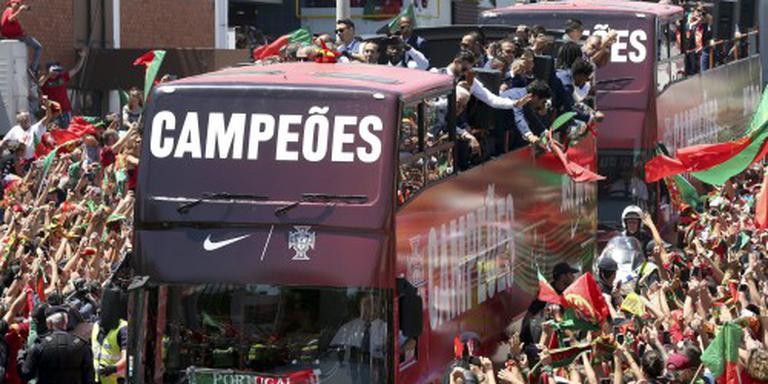 Duizenden Portugezen onthalen voetballers