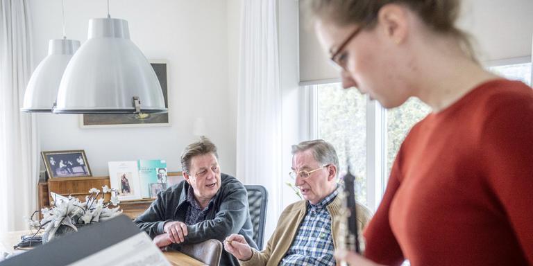 Samen met componist Wim van Ligtenberg (midden) buigt Oeds Jongsma zich over een examenstuk van zijn dochter Wilma. FOTO JILMER POSTMA