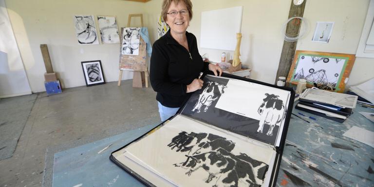 Akky van der Velde in haar atelier. FOTO SJOERD HOFSTEE