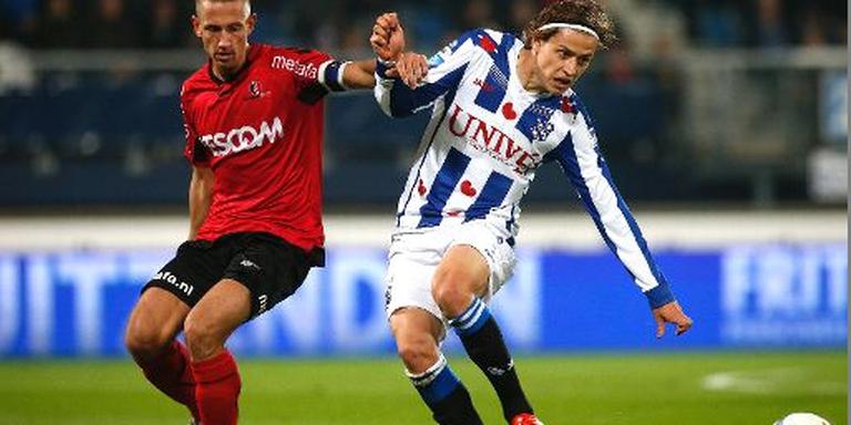 Simon Thern in duel met Kevin Visser van Helmond Sport. FOTO HENK JAN DIJKS