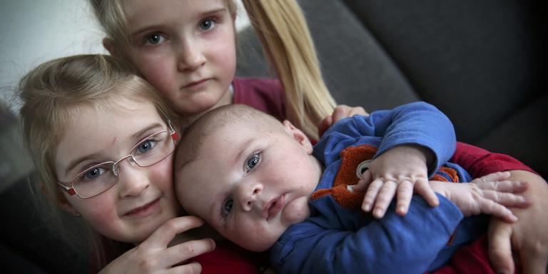 Hidde op de foto met zijn twee zussen Leanne (7) en Jolijn (4). FOTO CATRINUS VAN DER VEEN