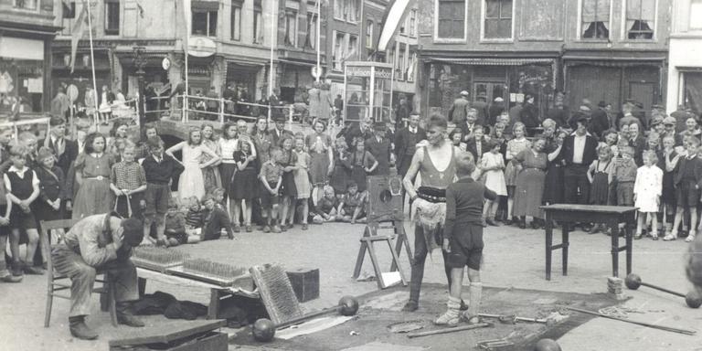 Douwe Bijlsma tijdens een optreden op de Nieuwestad, omstreeks 1950.