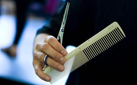 Liters desinfectiemiddel, plexiglas, handschoenen en ruimere openingstijden: zo hebben kappers zich voorbereid op heropening