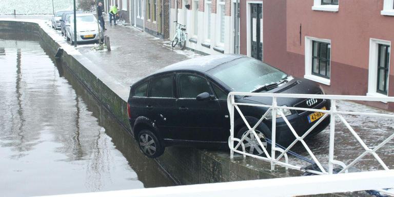 De bestuurder van deze Audi in Dokkum heeft geluk. FOTO DE VRIES MEDIA.