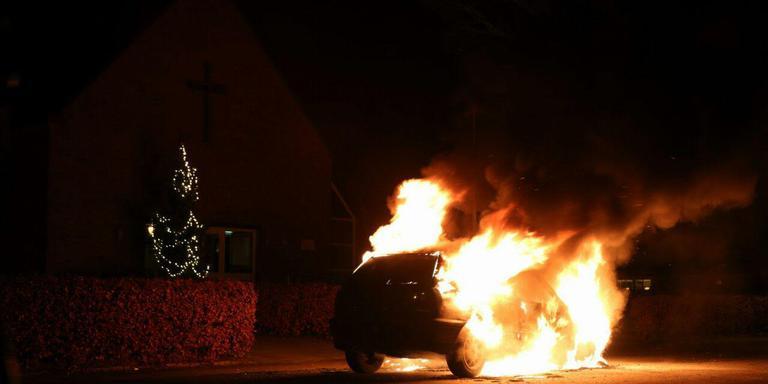 Op de Tsjerkebuorren in Drachtstercompagnie ging een auto geheel in vlammen op. FOTO DE VRIES MEDIA.