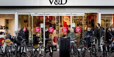 Winkelend publiek bij de V&D op de Nieuwestad in Leeuwarden. FOTO ANP