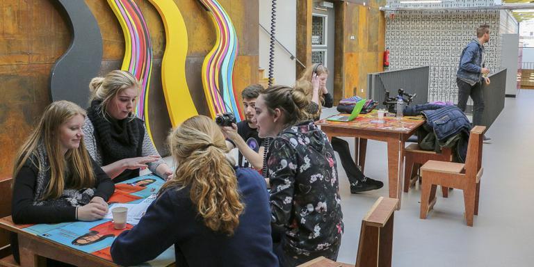 Overal in het gebouw zijn mogelijkheden om aan opdrachten te werken. FOTO LC/ARODI BUITENWERF.