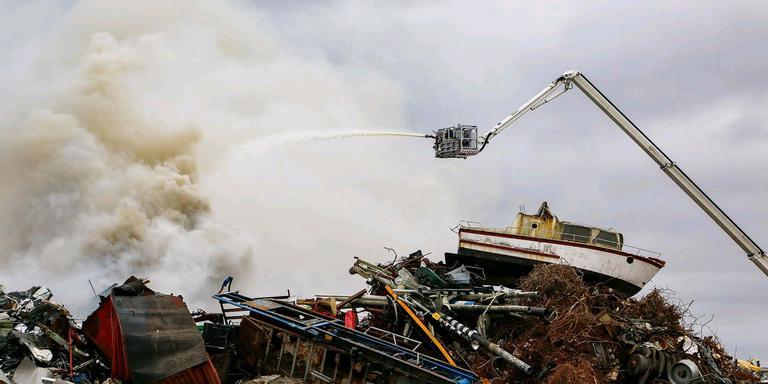 Grote rookwolk door brand Leeuwarden. FOTO LC/ARODI BUITENWERF