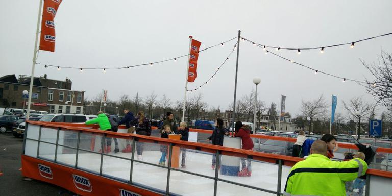 IJspret met lenteweer op de Leeuwarder Emmakade. FOTO LC
