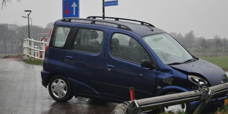 De bestuurster uit Kootstertille raakte gewond bij de aanrijding. FOTO DE VRIES MEDIA.