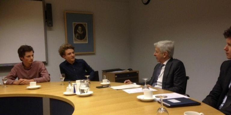 Jeppe en Hindrik met burgerplan bij minister