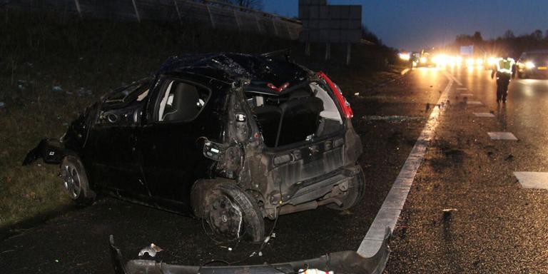 De auto vloog enkele malen over de kop. FOTO DE VRIES MEDIA