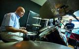 Klaas (86) maakt zijn dromen waar en kruipt voor zijn bucketlist nog 1 keer achter de drums