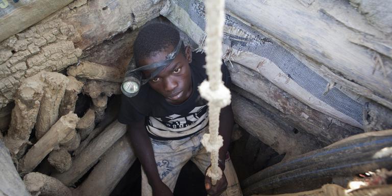 De vijftienjarige Mouriba Coulibaly, in het 'gat' van de mijn van Kola. FOTO JAN-JOSEPH STOK.