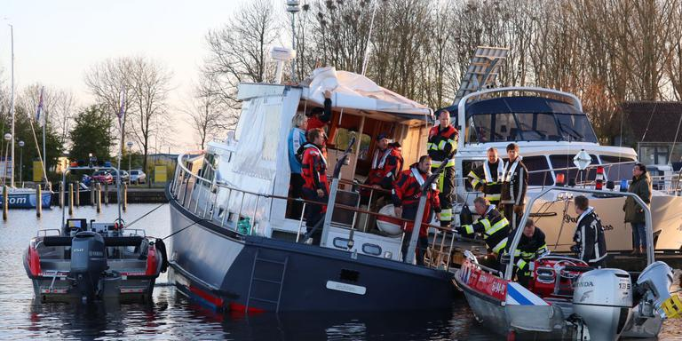 De boot die zinkende was op het Sneekermeer bij Offingawier, is gestabiliseerd en naar jachthaven De Potten gesleept. FOTO 112FRYSLAN.NL
