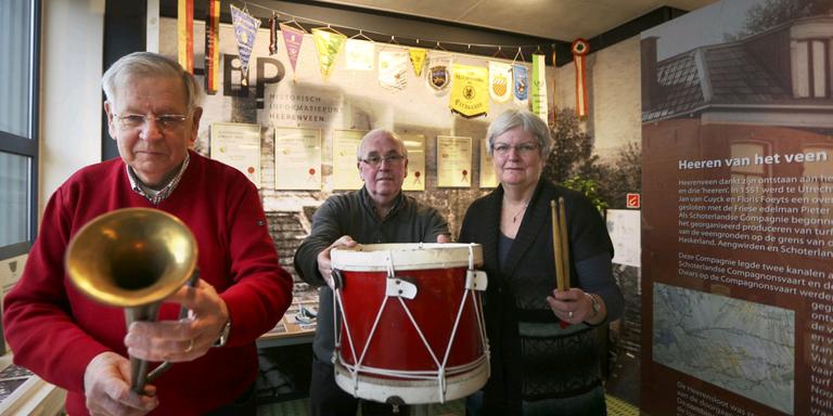 Albert de Vries, Tonny van der Ven en Alie van Dijk tonen oude instrumenten van het Van Renssenkorps. FOTO CATRINUS VAN DER VEEN