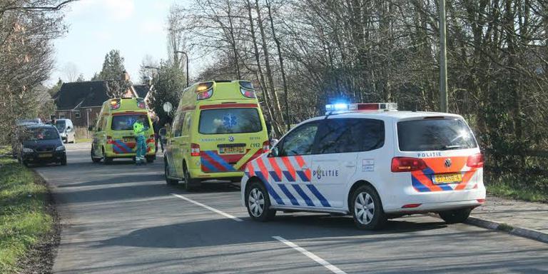 De hulpdiensten rukten zaterdag voor een ongeval bij Jistrum uit, waarbij een meisje van een paard af viel. FOTO DE VRIES MEDIA.