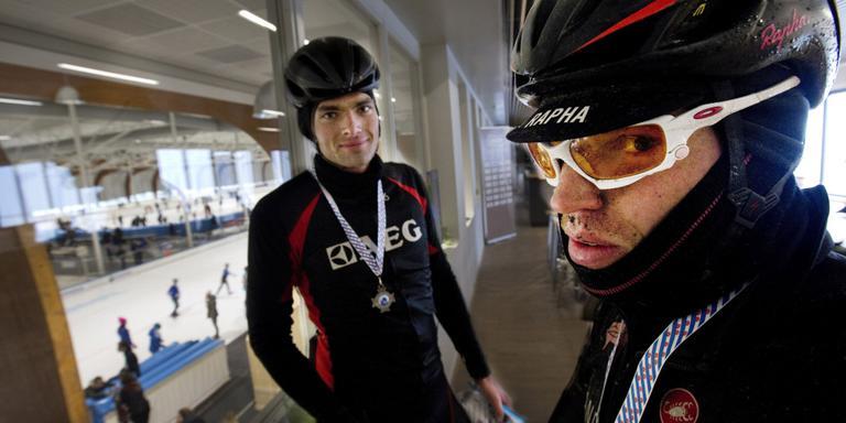 Adriaan Botma (l.) en Date Burgerjon na de finish in de Elfstedenhal. FOTO HOGE NOORDEN/JAAP SCHAAF