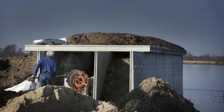 De bouw van het vleermuizenhonk en de zwaluwenwand in Easterskar vordert. FOTO CATRINUS VAN DER VEEN