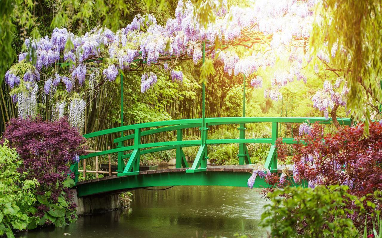 De tuinen van Claude Monet in Giverny. De brug stond model voor zijn beroemde schilderij.