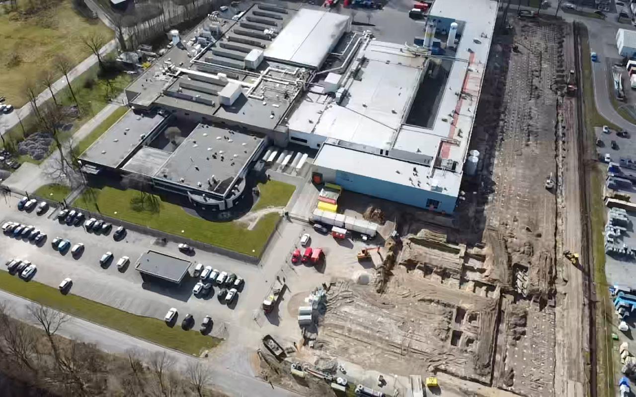 De bouw van de nieuwe fabriekshal is inmiddels begonnen.