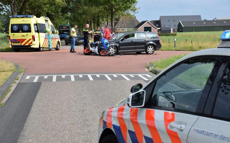 Motorrijder in botsing met auto in Wijnjewoude.
