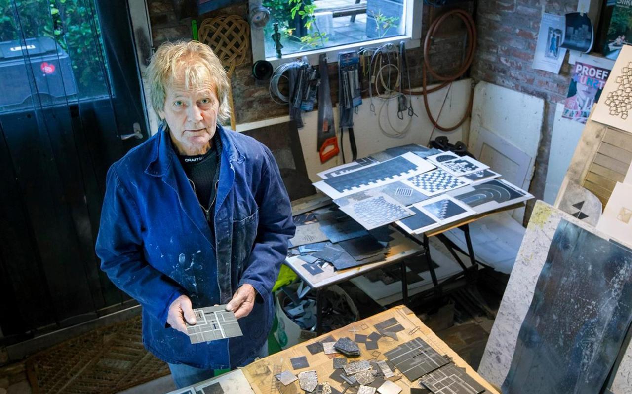 Heine Noordstra in zijn atelier in Mûnein. FOTO MARCEL VAN KAMMEN