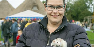 Cliënt Alisa Kingma voor de vernieuwde kinderboerderij Anna Zijlstrahoeve met lievelingsrat Aagje. FOTO MARCEL VAN KAMMEN