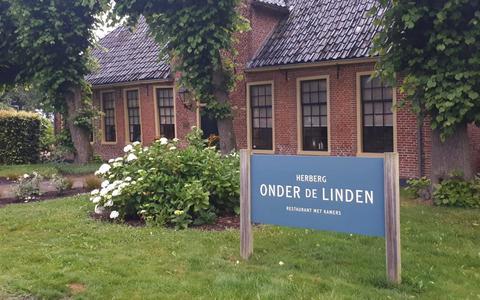 Snikken en glimlachjes. Culinair journalist Jacques Hermus sluit rubriek af bij Herberg Onder de Linden in Aduard   buiten de deur